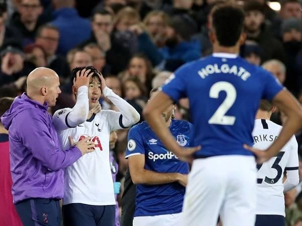 Son Heung-min bật khóc vì khiến tiền vệ Everton gãy cổ chân